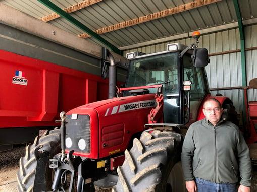 Cyril Dancourt devant son tracteur