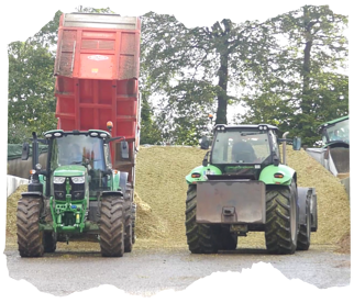 Avec 2 tracteurs- tasseurs en action, chez Delphine, on a mis les moyens pour contrôler le rythme d'arrivée des remorques !